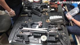 北市警方在李男的水產辦公室搜出大批槍械(圖/翻攝畫面)