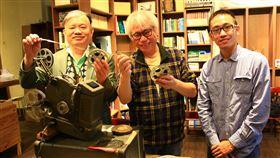 李坤城張凌文合力重現老膠捲影像(1)音樂創作者李坤城(中)日前意外找到一組9.5釐米歷史膠捲,於是找上電影收藏家張凌文(左),透過古董放映機讓拍攝於1930年4月28日的紀錄片得以重新「出土」。中央社記者蘇木春攝 109年4月24日