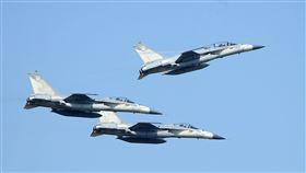 空軍IDF戰機性能特技操演。(記者邱榮吉/攝影)