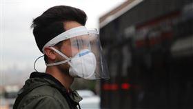武漢肺炎中東病例最多 土耳其民眾全副武裝土耳其境內武漢肺炎累計確診病例將破10萬例,31省於23日展開4天宵禁。一位民眾22日戴口罩和面罩在安卡拉舊城區烏魯斯的公車站牌前方等車。中央社記者何宏儒安卡拉攝  109年4月23日