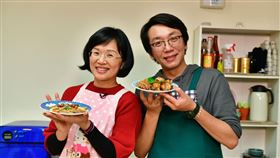 蘇巧慧化身「阿巧師」示範電鍋料理。(圖/蘇巧慧辦公室提供)
