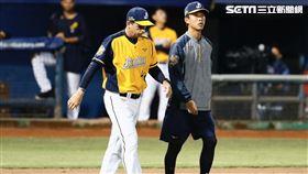 中信兄弟投手教練佛斯特(左)。(圖/記者林聖凱攝影)