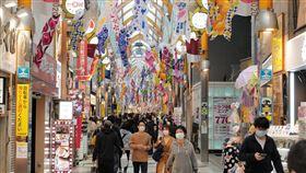 東京都知事籲市民宅在家 商店街仍見人潮為避免武漢肺炎疫情擴大,東京都知事小池百合子將4月25日至5月6日訂為「宅在家週」,籲市民少出門,但東京有些商店街仍見人潮。圖為中野Sun mall商店街25日的景象。中央社記者楊明珠東京攝 109年4月26日
