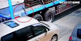 開車門貨車撞飛 駕駛險變肉餅(圖/翻攝畫面)