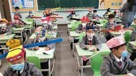 大陸小學生戴「一米帽」上學