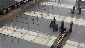 泰國擬延長入境航班禁令至5月中為遏阻2019年冠狀病毒疾病疫情擴大,泰國擬將入境航班禁令延長到5月中。圖為日前空蕩的曼谷蘇凡納布機場。中央社記者呂欣憓曼谷攝  109年4月27日