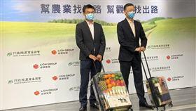 農委會主委陳吉仲、雄獅旅遊董事長王文傑共同出席記者會。(圖/記者陳宜加攝影)