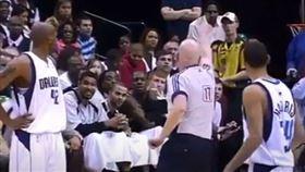 ▲鄧肯在比賽中板凳區被吹技術犯規。(圖/翻攝自YouTube)