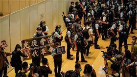 香港反送中示威遭警方以防疫為由暴力驅離(圖/翻攝自推特)