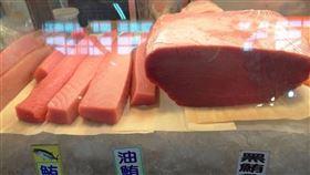 東港黑鮪魚專賣區開張(1)屏東東港魚市場的「黑鮪魚專賣區」已從25日正式開張,因捕獲數量少,加上屏東「第一鮪」今年拍出歷史高價,魚價更勝去年同期。(東港區漁會提供)中央社記者郭芷瑄傳真 109年4月27日