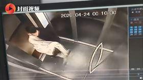 中國安徽一名男子日前搭電梯時帶著「大布袋」,隱隱約約可見人的形狀;社區保全看到監視錄影器畫面後,以為男子在「抬屍體」,嚇得趕緊報警。經警方調查後發現只是誤會一場,男子強調自己沒有殺人,只是充氣娃娃不小心掉到一樓,才下樓把它搬回家而已。(圖/翻攝自微博)