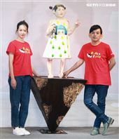 黃子佼、孟耿如在兒童保護日共同打造「受虐兒的總和-小芙」雕像,以行動關懷兒少並守護受虐兒。(記者邱榮吉/攝影)