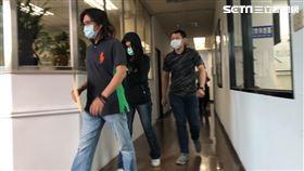 警方將翁姓女店經理移送北檢複訊。(圖/記者楊忠翰攝影)