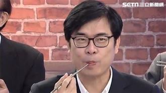 陳其邁曬吃魚照 網讚:新鮮在嘴巴跳