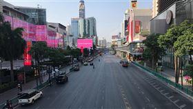泰國延長緊急狀態至5月底泰國從3月26日起進入緊急狀態至4月底,內閣會議今天通過延長緊急狀態至5月底。圖為曼谷市區中央世界百貨(Central World)前人車稀少的景象。中央社記者呂欣憓曼谷攝 109年4月28日