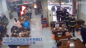 中國賀洲,天使婦人付了辛苦救火的打火英雄,所有早餐錢。(圖/翻攝自YouTube)