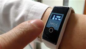 成大開發智慧手環 掌握防疫前線醫護健康成功大學29日宣布成功開發「溫心智慧手環」,提供給第一線防疫人員配戴,可隨時監測體溫及心跳,守護醫護人員健康。(成大醫院提供)中央社記者張榮祥台南傳真 109年4月29日