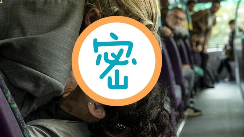 雙女主公車開戰 火辣激吻網嗨翻