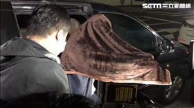 ▲黃琪被帶到地檢署時,能正常下車,往前走坐上輪椅,自己把毛毯蓋住上半身。(圖/記者楊佩琪攝)