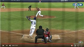 ▲高國麟投手正面強襲球,卡本特接球策動雙殺。(圖/翻攝自CPBLTV)