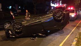 南投草屯區29日晚間發生一起翻車意外(圖/翻攝畫面)