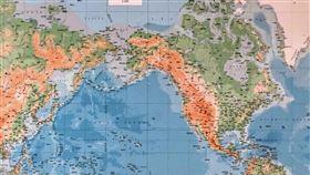 武漢肺炎肆虐全球 民眾討論安全地2019冠狀病毒疾病(COVID-19,俗稱武漢肺炎)疫情延燒全球,立法院2名員工18日在巨幅世界地圖前討論疫情,手指著尼泊爾說這可能是全球相對安全的地方。中央社記者王飛華攝 109年3月18日