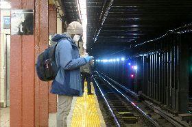 紐約地鐵月台空曠 乘客戴口罩手套防疫