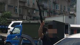 女網友在爆怨公社上發文,表示夫妻倆被黑衣男子持開山刀恐嚇。(圖/臉書社團爆怨公社)
