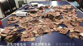 中國,有民眾發現父母親把錢埋在土裡8百多萬。(圖/翻攝自微博)