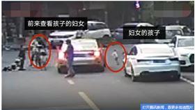 廣東東菀交通事故。媽媽救鄰居兒 親生女慘死輪下。(圖/翻攝自騰訊新聞)