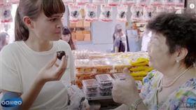德國節目團隊,專門飛來台灣介紹淡水鐵蛋。(圖/翻攝自YouTube)