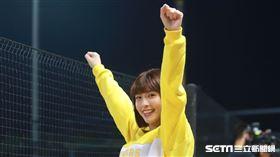 中信兄弟啦啦隊Passion Sisters峮峮、貴貴看台應援。(圖/記者劉彥池攝影)