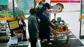 醫院 送醫 急診 傷患躺在擔架上(圖/翻攝畫面)