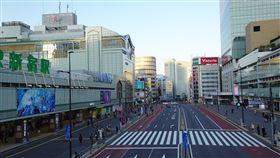 東京宅在家週首日 新宿車站周邊人潮銳減為防武漢肺炎疫情擴大,東京處於緊急事態,政府勸民眾少出門。25日下午3時在東京新宿車站周邊民眾外出情況,較1月至2月中旬的假日平均值減少了78.9%。中央社記者楊明珠東京攝 109年4月26日