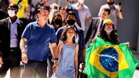 巴西官方公布的武漢肺炎確診病例已超過10萬例,死亡逾7000例,但巴西總統波索納洛(前左)3日卻現身反封城群眾示威,依舊未戴口罩。(圖/翻攝自facebook.com/jairmessias.bolsonaro)