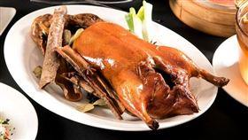 深受饕客喜愛的「靚皮烤鴨」,獨特的三色餅皮及配料。(圖/六福旅遊集團提供)