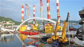 南方澳斷橋拆拱作業完成宜蘭縣南方澳跨港大橋坍塌後,9日起展開約320公噸橋拱拆除作業,經24小時趕工後,10日上午完成。中央社記者沈如峰宜蘭攝 108年10月10日