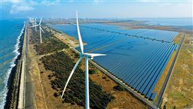 台電投入綠電市場台電投入綠電市場,透過銷售自建綠電,可為綠電交易平台挹注8.4億度綠電,成為目前全台最大綠電供給者。圖為「彰濱雙綠能」太陽光電場暨風力發電場。(台電提供)中央社記者楊舒晴傳真 109年5月6日