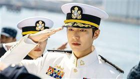 李敏鎬帥氣的海軍服裝造型。(圖/翻攝自永遠的君主官網)