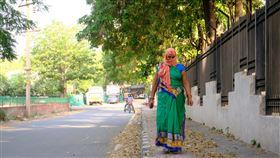 買不起口罩的印度婦女頭巾當口罩印度全國封鎖再延兩週至17日,新德里街上人煙稀少,買不起口罩的人用頭巾包著口鼻充當口罩。中央社記者康世人新德里攝 109年5月6日