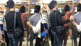 位置明明很多!捷運男跟著女子繞圈…手伸裙底、下身緊貼