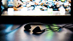 耳機 https://www.flickr.com/photos/javmorcas/9075262067/in/photolist-ePX6eD-dLF6q-5G17od-5FVQuD-5FVVbe-5G18Yj-5G1aSW-5FVSLR-7BuXJY-3iB9ph-oUYfb-oUYfQ-ucRMT-23xJVRZ-FpWxJb-9osDax-5XptVe-5XptJ8-5Xpu5i-fxd