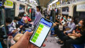 車廂擁擠度告知功能  板南線試辦(1)台北捷運公司7日舉辦「車廂擁擠度即時告知功能」發布記者會,透過「台北捷運GO」App,旅客可以掌握板南線進站列車內的人潮狀況。中央社記者謝佳璋攝  109年5月7日