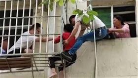 阿嬤,孫子,垂吊,繩索,開門,斷繩,危險