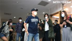 ▲澎恰恰在律師陪同下,赴台北地檢署遞狀提告周刊加重誹謗。(圖/記者楊佩琪攝)