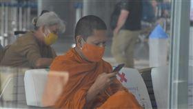 捐款減少 疫情衝擊泰國寺廟僧侶武漢肺炎衝擊泰國各行各業,依靠民眾樂捐和奉獻的寺廟和僧侶也不能倖免。根據泰國官方統計,全泰國大約有4萬間寺廟、30萬名僧侶受到影響。中央社記者呂欣憓曼谷攝  109年5月8日