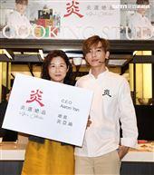 炎亞綸跨足餐飲圈推出自己「特調」口味的乾拌麵,媽媽首次站台。(記者邱榮吉/攝影)