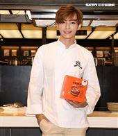炎亞綸跨足餐飲圈當總裁,推出自己「特調」口味的乾拌麵。(記者邱榮吉/攝影)