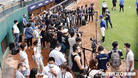 ▲中華職棒首場開放觀眾比賽,新莊球場富邦悍將啦啦隊法蘭奇。(圖/記者林聖凱攝影)