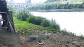 台北市南湖大橋堤外便道河岸邊發現1具男性浮屍。(圖/讀者提供)